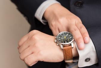 Homem negócios, verificar, tempo
