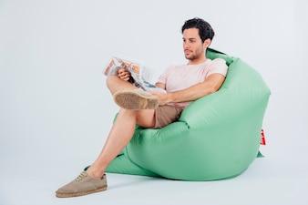 Homem no jornal de leitura de sofá