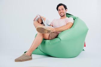 Homem no sofá com jornal