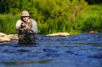 Homem pescando no rio
