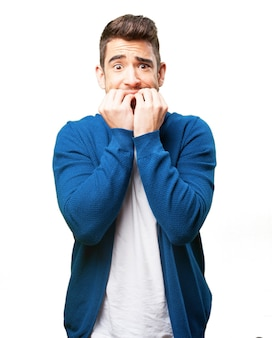 Homem preocupado roendo as unhas
