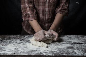 Homem, preparando, pão, massa, madeira, tabela, padaria, fim, cima