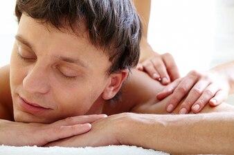 Homem que aprecia a massagem traseira