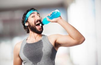 Homem que bebe uma bebida energética