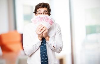 Homem que cobre sua face com contas