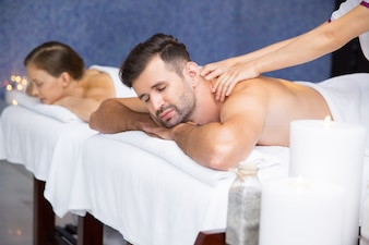 Homem que começ uma massagem