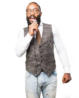 Homem que fala em um microfone