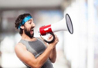 Homem que grita através de um megafone