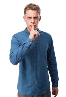 Homem que pede o silêncio