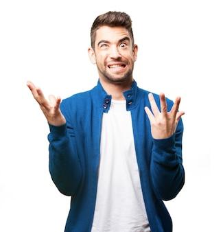 Homem que põr sobre uma cara estranha e levantadas dedos