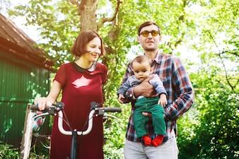 Homem, segurando, toddler, mulher, segurando, bicicleta