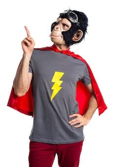 Homem super-herói do macaco apontando para cima