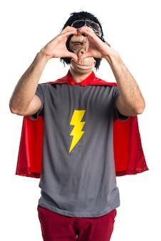 Homem super-herói que faz um coração com as mãos
