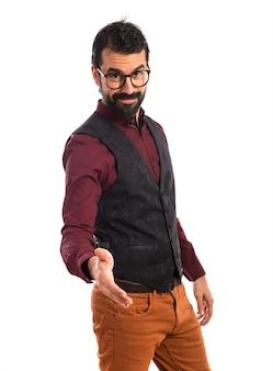 Homem vestindo colete fazendo um acordo