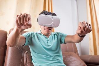 Homem vestindo óculos de realidade virtual assistindo filmes ou jogando videogames. O design do auricular vr é genérico e não possui logotipos.