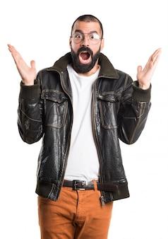 Homem vestindo uma jaqueta de couro fazendo um gesto de surpresa