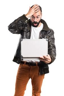 Homem vestindo uma jaqueta de couro segurando uma maleta