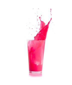 Ice caindo em um copo com bebida rosa