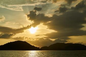 Ilha ao pôr do sol