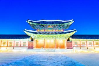 Iluminado palácio oriental
