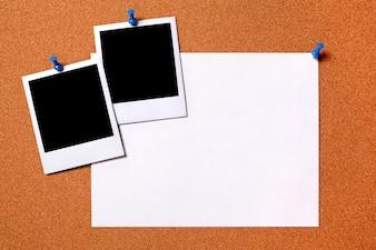 Impressões de fotos em branco e poster papel comum fixadas a uma placa de Espaço de observação da cortiça para a cópia