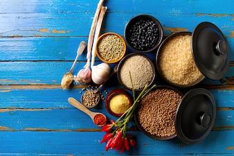 Ingredientes apetitosos saborosos saborosos Especiarias Mercearia para cozinhar cozinha saudável. Blue Old Wooden Background Vista superior.