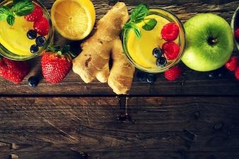 Ingredientes saborosos frutas lindas para fazer bebidas saudáveis de desintoxicação ou smoothies. Fundo rústico de madeira. Vista do topo. Espaço de cópia.