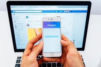 Instagram no telefone e no laptop no laptop