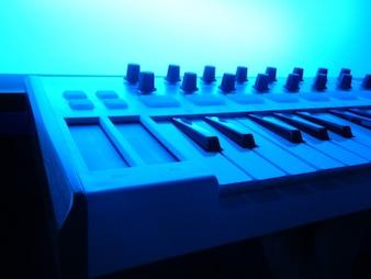 Instrumento musical eletrônico ou mixer de áudio ou equalizador de som (sintetizador modular analógico)