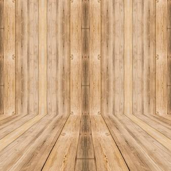 Interior do quarto com parede de madeira marrom e piso de madeira.