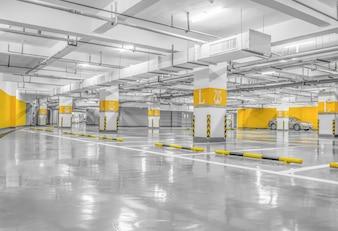 Interior vazio do espaço parque de estacionamento à noite