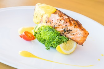 Jantar verde preparado peixe limão