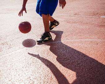 Jogador de basquete drible