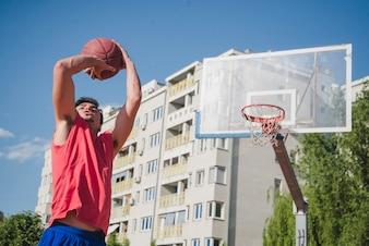 Jogador de basquete em ambiente urbano