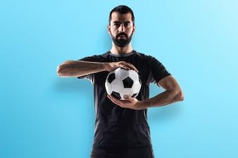 Jogador de futebol em fundo colorido