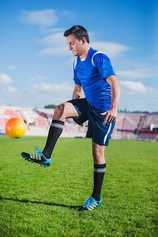 Jogador de futebol que jazia na arena