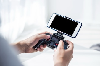 Jogando jogo de celular
