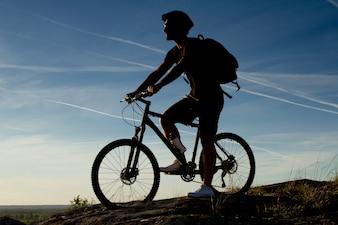 Jovem, andar, montanha, bicicleta