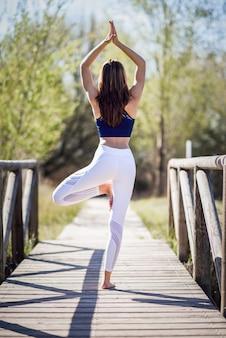 Jovem, bonito, mulher, fazer, ioga, natureza