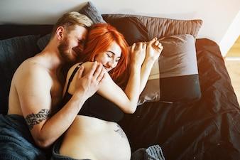 Jovem casal amoroso na expectativa