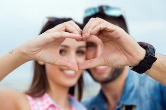Jovem casal apaixonado na rua