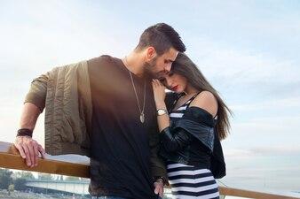 Jovem casal bonito no amor. Capturar momentos brilhantes. Pares loving novos alegres no por do sol. romântico.