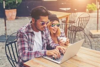 Jovem casal moderno beber falar divertindo smilin rindo