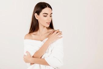 Jovem com uma pose sedutora após o tratamento de beleza
