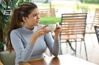 Jovem empreendedor positivo bebendo café