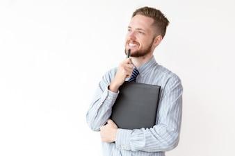 Jovem empresário sorridente com expressão pensativa
