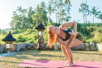Jovem esticando yoga