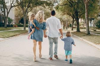 Jovem família na rua
