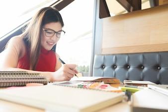 Jovem, mulher, desfrutando de leitura, livro, sentado, perto, janela, relaxante, dela, viver, janela, reflexão, café