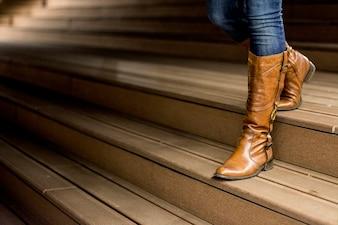 Jovem mulher em botas de couro